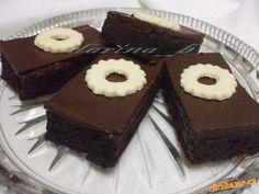 ♥Cuketový koláč extra♥ 2 hrnčeky polohrubej múky, 2/3 hrnčeka kakaa, 2 ČL sódy bicarbóny, 2 ČL mletej škorice, 4 vajcia, 1 hrnček cukru kryštál, 1 hrnček oleja, 4 hrnčeky najemno nastrúhanej cukety, ľubovoľný džem, čokoládová poleva, hrnček = 250 ml Pavlova, Cupcake Cakes, Ale, Sweet Tooth, Cheesecake, Muffin, Good Food, Food And Drink, Baking