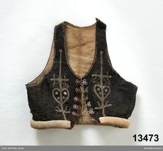 Leksand, Sweden. Livstycke av svart sidendamast. Folk Embroidery, Learn Embroidery, Embroidery Patterns, Textiles, Fantasy Costumes, Folklore, Fashion Art, 19th Century, Ethnic