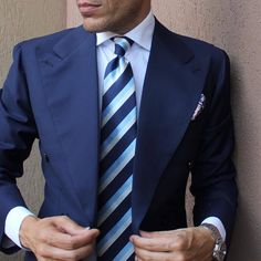 Rock a navy blazer with a white dress shirt for a sleek elegant ensemble. Mens White Dress Shirt, Shirt Dress, Gq, Shirt And Tie Combinations, Color Combinations, Navy Blazer Men, Dark Blue Suit, Blue Suit Jacket, Suit And Tie
