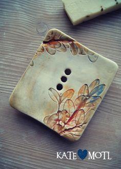 Mýdlenka+keramická+fLORALE+Keramická+mýdlenka+na+čtyřech+nožičkách.+S+obtisklými+florálními+motivy.+Mýdlenka+je+ručně+tvarovaná+a+ručně+malovaná,+vhodná+k+přírodním+mýdlům.+Je+originálním+doplňkem+do+vaší+koupelny,+na+umyvadlo+či+vanu.+Rozměry+mýdlenky+jsou+vždy+stejné+12+x+9,5+cm.