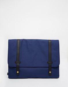 Laptop-Tasche von ASOS glattes Außenmaterial Träger in abgesetzter Lederoptik Umschlag mit Druckknopfverschluss Mit feuchtem Tuch abwischen. 100% Polyester H: 27 cm/11 Zoll; B: 37 cm/15 Zoll