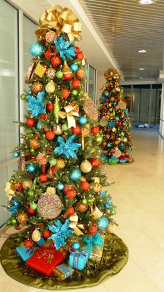 Red and Turquoise Christmas Trees. Maybe but burlap instead of gold?