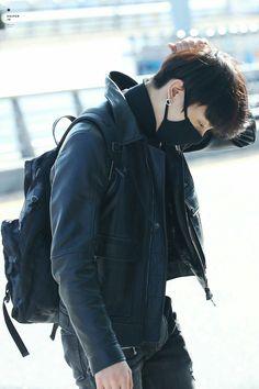 Jeon Jungkook in all Black Bts Jungkook, Taehyung, Playboy, Bts Airport, Airport Style, Airport Fashion, Foto Bts, Bts Photo, Jikook