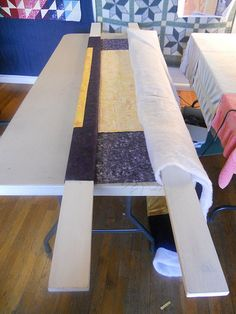 Katie's Quilts and Crafts: Basting - Photo Tutorial Más Quilting Board, Quilting Tools, Longarm Quilting, Free Motion Quilting, Quilting Tutorials, Hand Quilting, Machine Quilting, Quilting Designs, Basting A Quilt