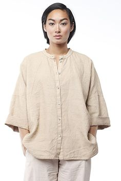 Blouse Julis:: The great thing about this OSKA blouse with a round collar is that you can easily wear it as a jacket – unbuttoned and with a fitting top underneath #linen #SS15 #oskanewyork
