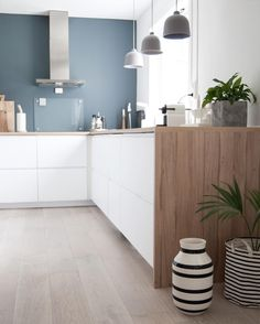 Color contrast in white kitchen walls Kitchen Dinning, New Kitchen, Kitchen Decor, Stylish Kitchen, Kitchen Walls, Küchen Design, House Design, Cocinas Kitchen, Ideas Hogar