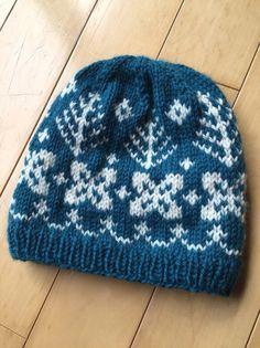 太目の糸でざっくりと編み上げました。ブルーグリーンにオフホワイトの毛糸でノルディックの柄を編み込みました。サイズ 頭周り43センチ 深さ23センチ(ニット素材の為 サイズは目安です。)素材はウール100パーセントです。