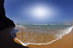 """Las mejores playas nudistas de Portugal - via Condé Nast Traveler 06.08.2015   Así que deja que la brisa, el agua y el sol te acaricien toda la piel y hazte un """"Adán y Eva"""" en las playas más espectaculares de Portugal. Foto: Playa das Furnas (Algarve)"""