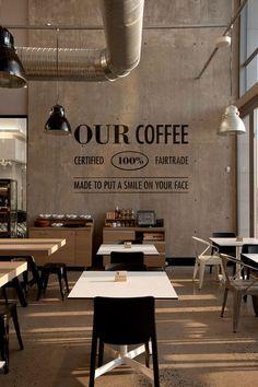 Strakke betonnen achterwand met slogan van de coffeeshop #horeca #design #coffee