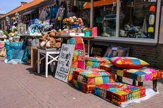Die Geschäfte in Zandvoort bieten bunte Waren an. Camping Holland, Netherlands, Beautiful Places, Home Decor, Travel Destinations, Trips, Holidays, Vacation, Sand Sculptures