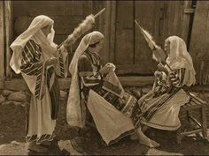 """lisa-rayner: """"(via Folkwear Society) Romanian women wearing traditional linen clothing in the early and spinning with drop spindles; Romania People, Romanian Women, Popular Costumes, My Heritage, Vintage Photographs, Traditional Art, Old Photos, Fiber Art, Folk Art"""