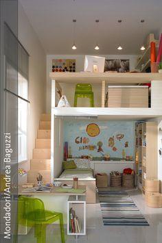 Sind die Kinder noch klein, kann die Höhe der Räume ideal genutzt werden, indem man zwei Ebenen im Kinderzimmer einbaut. So kann aus einem Einzelzimmer ein Kinderzimmer für Zwei entstehen oder für ein Kind gleich die doppelte Fläche zum Spielen geschaffen werden. Auf der oberen Etage wurde ein kleiner Schreibtisch eingebaut und Platz für ein weiteres Bett gefunden.