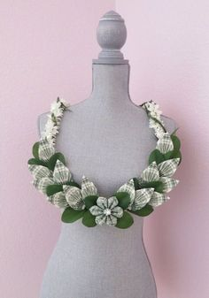 Diy Money Lei For Wedding Or Graduation Beautiful Money Lei Made with Flower and Leaves on Beautiful Coin Money Lei Made with Quarters Perf Dollar Origami, Money Origami, Origami Art, Diy Money Lei, Dollar Lei, Grad Gifts, Diy Gifts, Cash Gifts, Senior Gifts