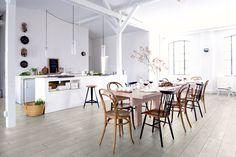 Valkea laminaattilattia korostaa valoisuutta ja kalusteiden muotoa avoimessa ruokailutilassa. Klikkaa kuvaa, niin näet tarkemmat tiedot!