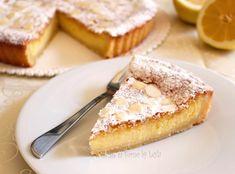 La Crostata al limone e mandorle è un dolce delicato con base di frolla e farcitura di crema al limone e crema frangipane, dal sapore di mandorle.