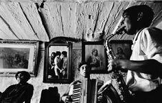 """© Josef Koudelka / Magnum Photos. CZECHOSLOVAKIA. Slovakia. Velka Lomnica. 1963. Gypsies.  """"El proyecto"""" Gitanos """"es un producto de un lente gran angular. Los compré por casualidad, de una viuda que estaba vendiendo todo. y ello cambió mi visión """". -Cita extraída de: http://nnfotografos.com/entrevistas/item/251-10-lecciones-que-josef-koudelka-me-ha-ense%C3%B1ado-acerca-de-fotograf%C3%ADa-de-la-calle -"""