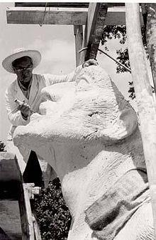 """Jorge Marín Vieco en 1972 con su obra """"Hombre en Busca de la Paz"""". Medellin - Colombia"""