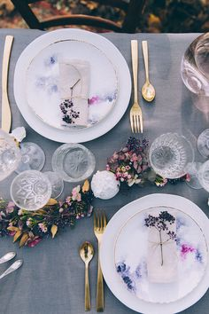 beautiful wedding table design with berry colors, aquare wunderschönes Hochzeitstafel-Design mit Beerenfarben, aquarelliertem Geschirr u… beautiful wedding table design with berry colors, watercolor tableware and gold … – # - dinner ideas table settings