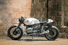 R1150GSベースのカフェレーサーのカスタムバイクをご紹介します。製作したのはスウェーデンのUnique Custom Cycles。フレームがオリジナルなので、もはやGSの面影はありませんが、アルミの地肌剥き出しのフィニッシュも格好いいスッキリとしたレーサーです。 これはスウェーデンのUnique Custom CyclesによるR1150 GSベースのカフェレーサーだ。製作はRonna Norenの手によるもの。このプロジェクトはRonnaが写真家のJenny JurneliusのFlower Power BMWの製作に取り掛かっていた際にインスピレーションを得て、自分自身のBMWボクサーレーサーが欲しいと思ったことによる。 Unique Custom Cyclesはヨーロッパでは著名なため、彼の製作リストは常に埋まっている。共通の友人のOla…