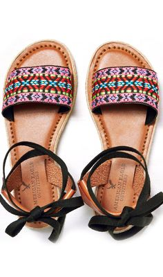 Embroidered sandals                                                                                                                                                                                 Más