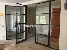 Deuren / Wand van staal met glas met in het midden dubbele taatsdeuren in Woerden