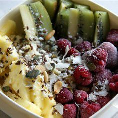 Lunchbox with fruit, nuts and seeds. Healthy Snacks, Healthy Recipes, Fruit Salad, Acai Bowl, Seeds, Lunch Box, Breakfast, Food, Acai Berry Bowl