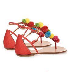Todas las 'it girl' ya las han lucido en sus looks más veraniegos. Y te avisamos: tú también vas a enamorarte de las sandalias con pompones.