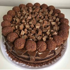 Discovered by Judiith. Find images and videos about chocolate, delicious and cake on We Heart It - the app to get lost in what you love. Cupcake Recipes, Cupcake Cakes, Snack Recipes, Dessert Recipes, Chocolate Cake Designs, Kreative Desserts, Crazy Cakes, Cafe Food, Drip Cakes