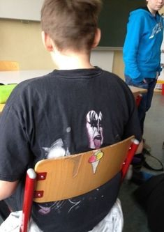 20 People Wearing Perfect T-Shirts At Perfect Time - bemethis