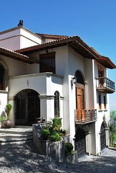 when I win the lottery :D first thing i will do is have a Mexican hacienda style house built. soo mexican love it! Spanish Colonial Homes, Spanish Style Homes, Spanish House, Style At Home, Mexican Style Homes, Hacienda Style Homes, Fachada Colonial, Mexican Hacienda, Mexico House