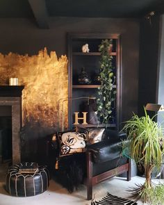 Beautiful gold leaf paint effect in the home of ✨ . The gold leaf paint effect enriches the dark decor seamlessly creating a… Dark Living Rooms, Home And Living, Living Spaces, Dark Interiors, Beautiful Interiors, Decor Room, Living Room Decor, Home Decor, Dining Room