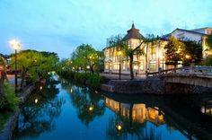 The Kurashiki Bikan Historical Quarter in Okayama prefecture Japan Landscape, Okayama, Travel Goals, Japan Travel, Beautiful Places, Places To Visit, To Go, River, Mansions