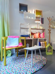 KIZUKU showroom Concept Stores, Showroom, Furniture Design, Kids Rugs, Shelves, Cool Stuff, Interior, Places, Blog