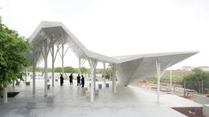 Under a folded roof made of thirty concrete panels – in the cemetery of Pardesiya, a city north of Tel Aviv, in the Central District of Israel – is a space built by the firm of Ron Shenkin. A place where mourners can gather for eulogies and prayers...