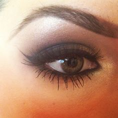 Brown smokey eye, well-defined brows