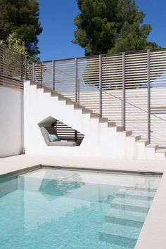 This built-in seating nook by the swimming pool of a house in Saint Tropez. Swimming pool with modern design, beautiful, cool, unique, and awesome. Highly recommended for you to find the best pool design idea ever. Saint Tropez, Outdoor Spaces, Outdoor Living, Outdoor Decor, Exterior Design, Interior And Exterior, Built In Seating, Cool Pools, Pool Designs