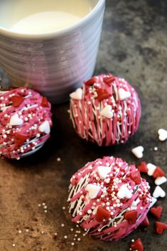 add a chocolate bomb to hot milk and enjoy Chocolate Melting Wafers, Chocolate Shells, Hot Chocolate Mix, White Chocolate Chips, How To Make Diy, Make It Simple, Muffins, Make Your Own Chocolate, Bombe Recipe