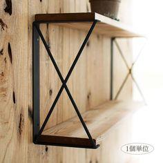 商品名 <アイアン棚受け21>PlusBox工房で1つ1つ手作りした2段仕様のスクエアタイプの棚受け金具 アイアン 黒シンプルなデザインの棚受け金具 アイアン 黒です。通常の棚受けと違って、2段の棚が作れる金具になります。棚板をアイアン金具で挟むように設置しますdiyに欠かせないファクトリーテイストのアイアン金具で自分スタイルの棚を作ってみてはいかがでしょう?X構造でしっかりした作りですH26×W3×D14cm 棚板は横幅90cmまで、奥行14〜16cmにお勧めサイズです 棚板を挟み込むように設置るため2コ単位でご検討ください。(1個単位で販売)