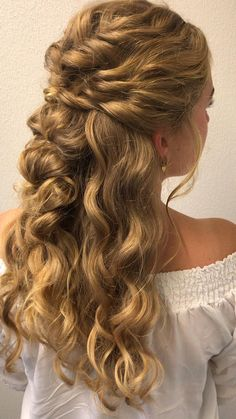 Hairdos For Curly Hair, Curly Prom Hair, Cute Hairstyles For Medium Hair, Curled Hairstyles, Hair Dos, Medium Hair Styles, Long Hair Styles, Curly Wedding Hairstyles, 1800s Hairstyles