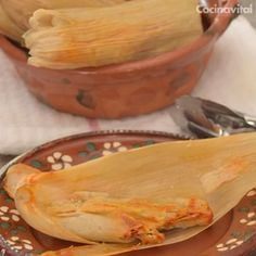 Put the flavor of the north to these thin and flavorful tamales that will become your favorites and you will want to eat one after another. Authentic Mexican Recipes, Mexican Food Recipes, I Love Food, Good Food, Yummy Food, Pork Tamales, Chicken Tamales, Pork Recipes, Cooking Recipes