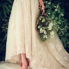 . とってもお洒落なプレ花嫁様の前撮り✴︎ ミモレ丈ドレスに赤のパンプス ナチュラルブーケの組み合わせが素敵すぎます♡ #ザピークプレミアムテラス #thepeak #ピーク #鹿児島の結婚式場 #結婚式 #プレ花嫁 #日本中のプレ花嫁さんと繋がりたい #スマイル #smile #ウエディング #wedding  #プレ花嫁 #前撮り #フィオーレビアンカ #ミモレ丈ドレス #ナチュラル #ブーケ #小物アレンジ