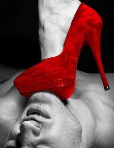 Al filo del piso puso su zapato rojo en mi garganta, le di mi confianza y me asfixio con su amor. Sigueme en Twitter @Johnny Matos