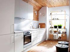 Biel można łatwo łączyć zinnymi barwami. Świetnie podkreśla inne kolory, również naturalną barwę drewna.  Kuchnia wbieli zestalą iczernią wygląda ultranowocześnie isterylnie. Wystarczy dodać jednak trochę żywej zieleni, żebyprzełamać chłód wnętrza.  Łagodne zestawienie bieli zsosnową boazerią wodcieniu miodu naścianie isuficie tworzy pogodny, przytulny klimat.