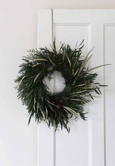 How to have a minimalist Christmas Artificial fir tree as Christmas decoration? A synthetic Christmas Tree or perhaps a real one? Minimal Christmas, Natural Christmas, Noel Christmas, Scandinavian Christmas, Simple Christmas, Winter Christmas, Vintage Christmas, Christmas Wreaths, Minimalist Christmas Tree