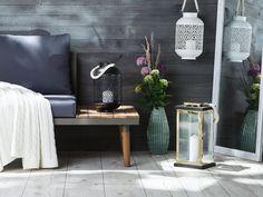 Diese Laterne versprüht Urlaubsstimmung pur! Egal ob auf der Fensterbank, der Kommode oder als Accessoire auf Ihrem Balkon oder im Garten - sie schafft überall und jederzeit eine gemütliche Atmosphäre. Das Windlicht kann sowohl mit Kerzen als auch mit Lichterketten oder anderen Dekoartikeln befüllt werden. Borneo, Garden Sofa Set, X Coffee Table, Apartment Balcony Decorating, Modern Patio, Cushions, Pillows, Acacia Wood, Messing