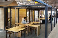 HUB / Hyunjoon Yoo Architects. Small meeting rooms and open work space