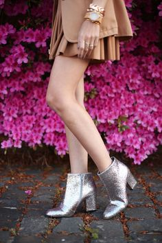 This time no pink in my outfif, I chose neutral tones and camel pieces. The pleated skirt from Forever21 is one of my favorites, kinda classic and I wore it so many times. Definetely a good buy! The blazer is another favourite, a finding at a seocnd hand store. I love the combination of the two pieces together, an old one and a new one that seem made for each other.