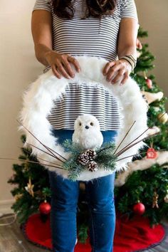 Snowy Owl Christmas Wreath {DIY} - Collectively Christine - - Easy to make snowy owl Christmas wreath tutorial. Add this beautiful wreath to your door or a wall that you want to decorate for the holidays! Owl Wreaths, Wreath Crafts, Diy Wreath, Holiday Wreaths, Holiday Crafts, Winter Wreaths, Wreath Ideas, Yarn Wreaths, Homemade Christmas Wreaths