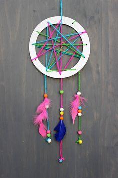 capteur de rêves à faire soi-même décoré de plumes, perles et ficelle aux couleurs vives