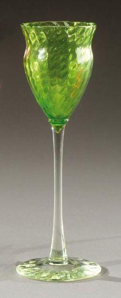 Émile GALLÉ (1846-1904) Coupe évasée en verre soufflé teinté vert montée sur un piédouche circulaire. Signée «Gallé». Vers 1900. H: 21 cm